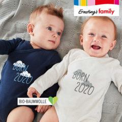 2 Babys mit Body mit Aufschrift Born 2020