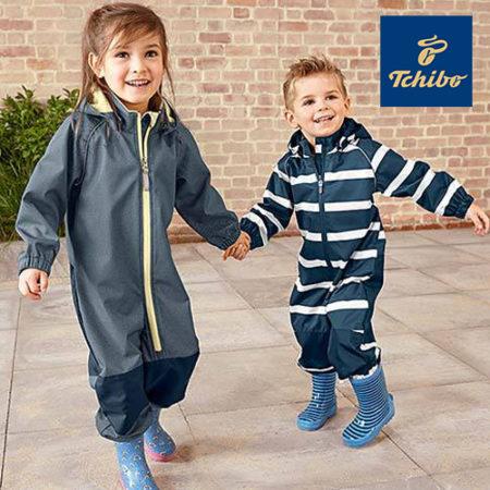Junge und Maedchen in Regenkleidung