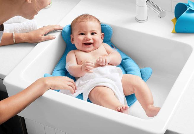 Baby in Waschbecken