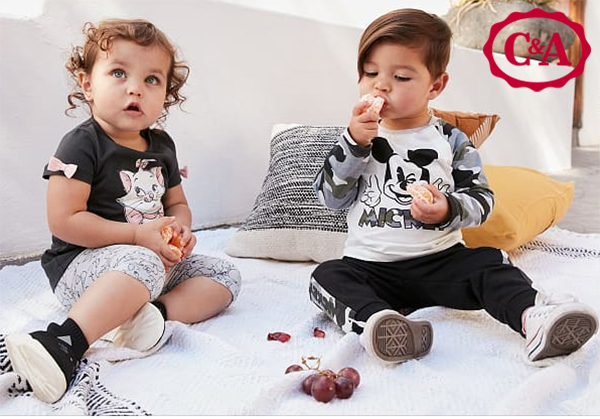 Baby und Kleindkind mit Comicmode