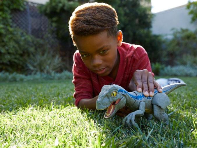 Junge spielt mit Dinosaurier