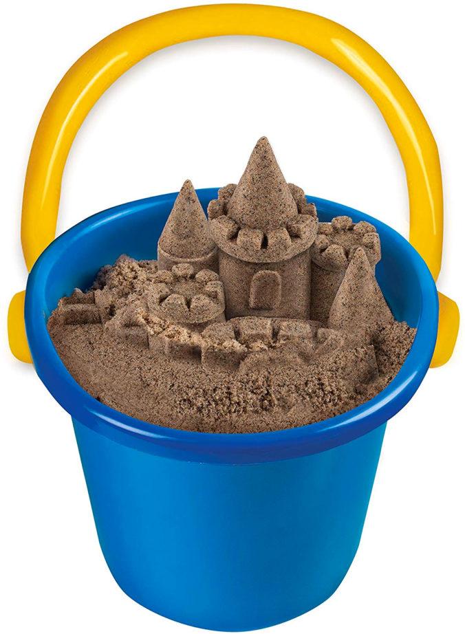 Eimer mit kinetischem Sand und Sandburg