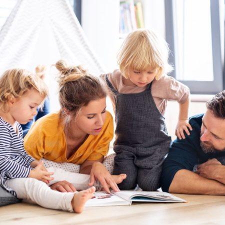 Familie spielt und liest im Tipi
