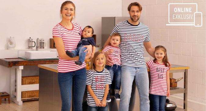 Eltern mit Kindern in Familien-Shirts