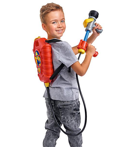 Junge mit Feuerwehrmann Sam Tankrucksack