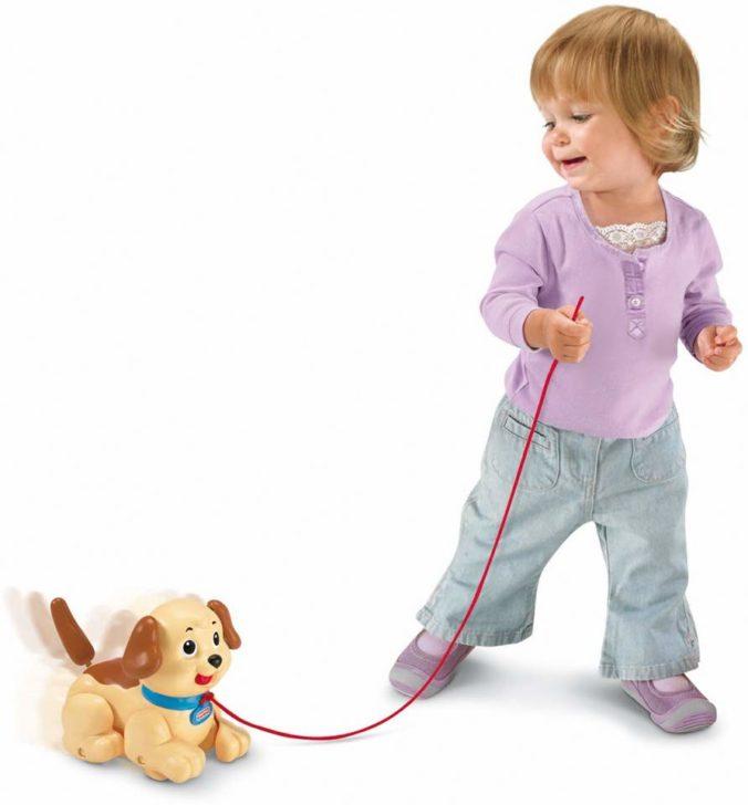 Kleinkind mit Roboterhund