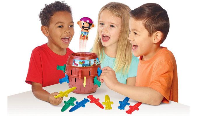 Kinder spielen Pop-Up Pirate