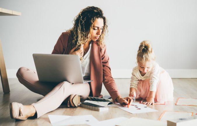 Frau mit Kind am Laptop