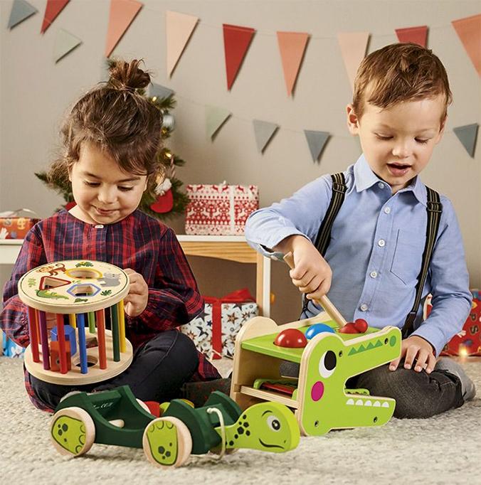 Kinder spielen mit Holzspielzeug