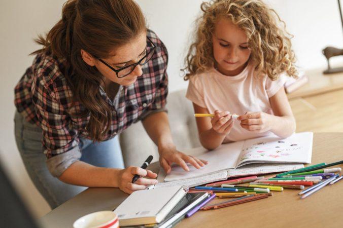 Mutter hilft Kind bei Hausaufgaben