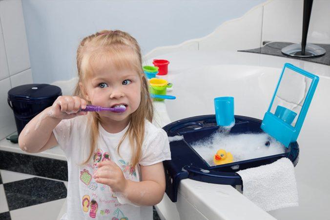 Kind putzt sich Zähne an Kinderwaschbecken
