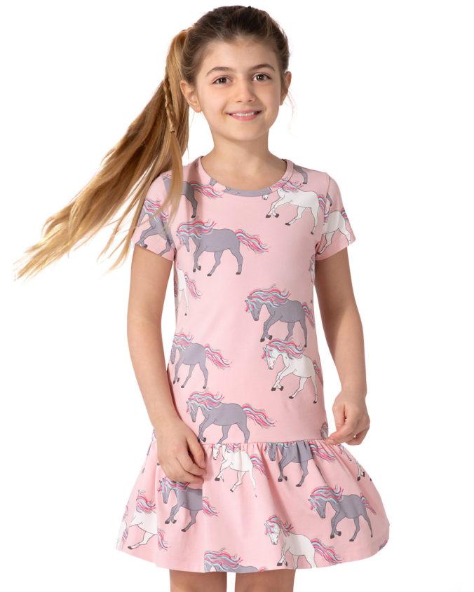 Mädchen in rosa Kleid mit Pferdeprint