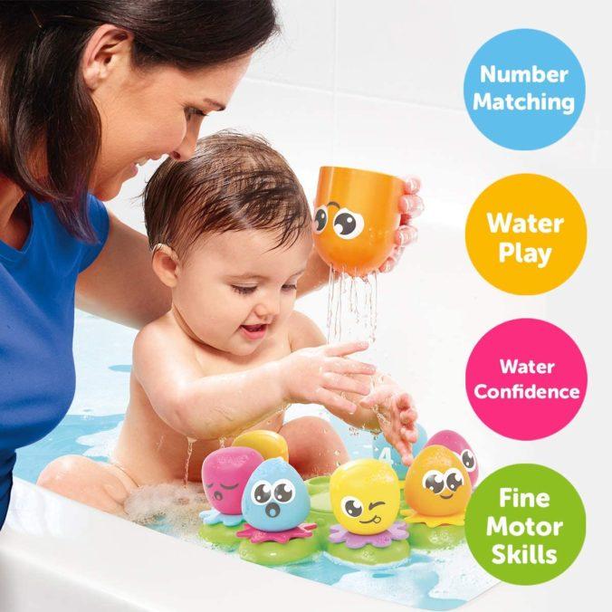Baby spielt in Badewanne
