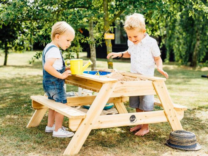 Kinder spielen an Mtaschtisch in Picknick-Tisch-Optik
