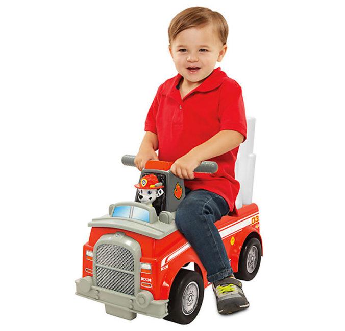 Junge auf Paw Patrol Feuerwehr-Rutschauto