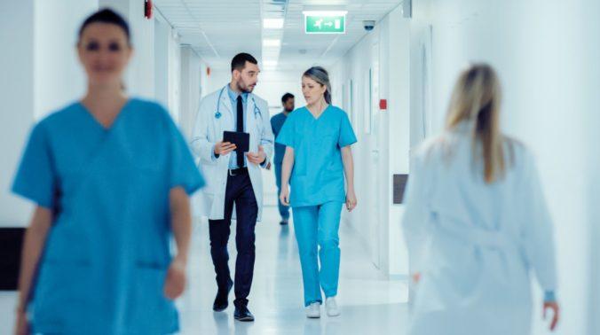 Arzt und Pflegepersonal im Krankenhausflur