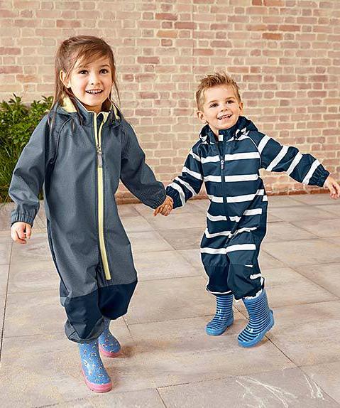 Junge und Maedchen in Softshell-Overalls