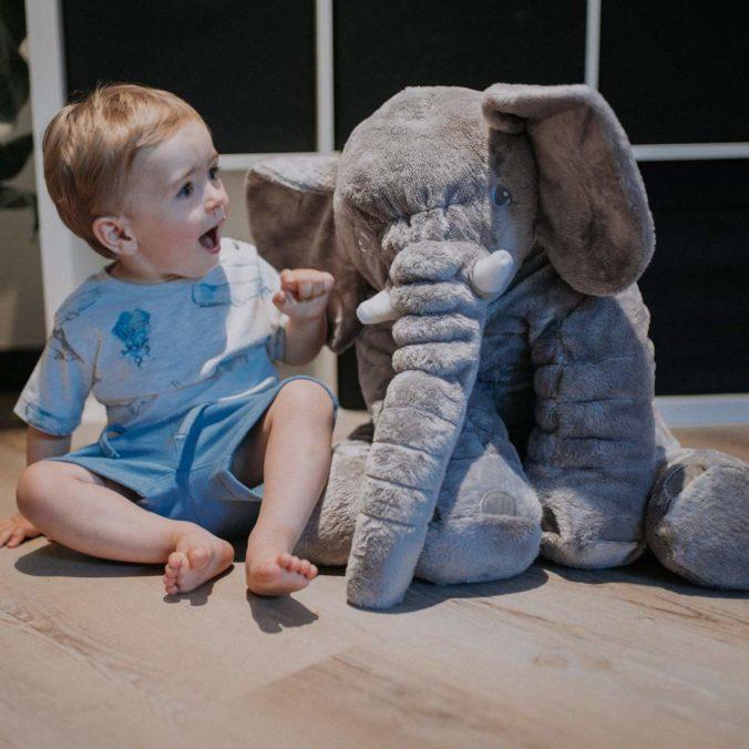 Kleinkind neben riesigem Elefanten-Kuscheltier