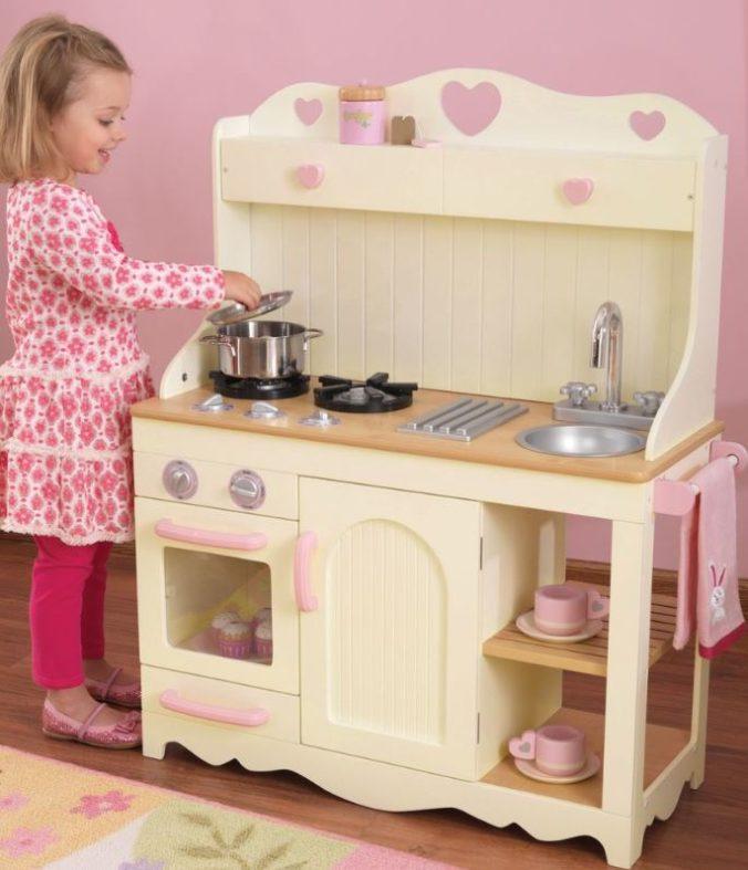 Mädchen an Spielküche