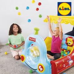 Mädchen spielen in Lokomotive Bällebad