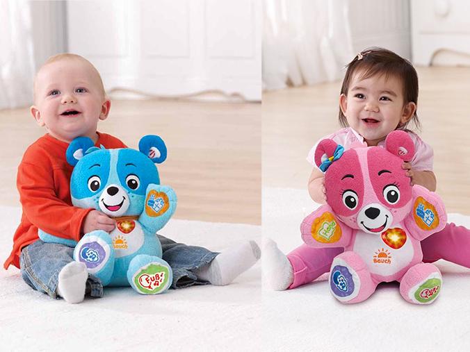 Babies mit Kuschelbären zum Lernen