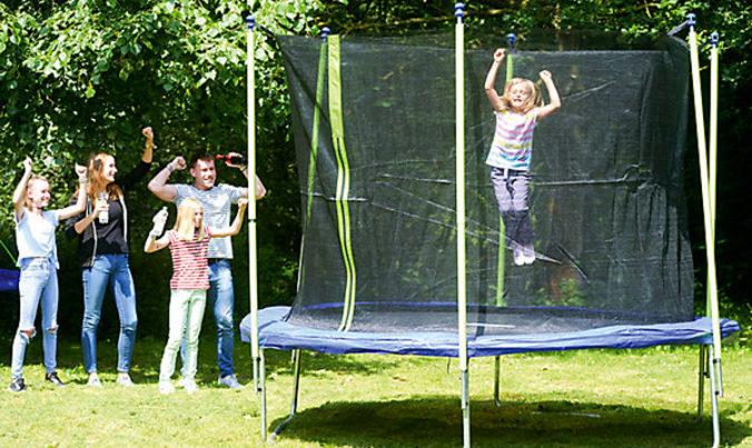 Kinder spielen auf einem Trampolin