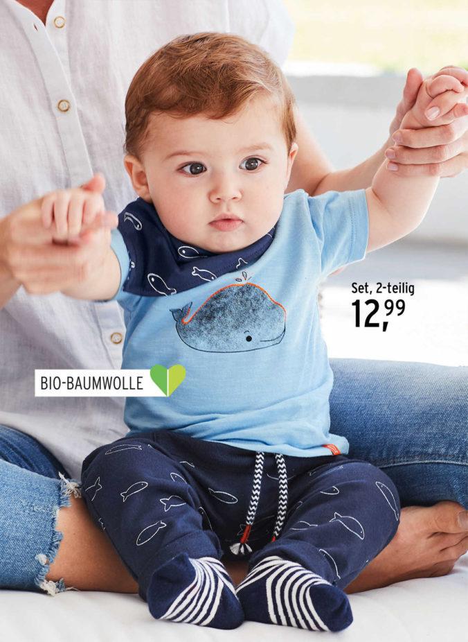 Baby in T-Shirt und Hose mit Walmotiv
