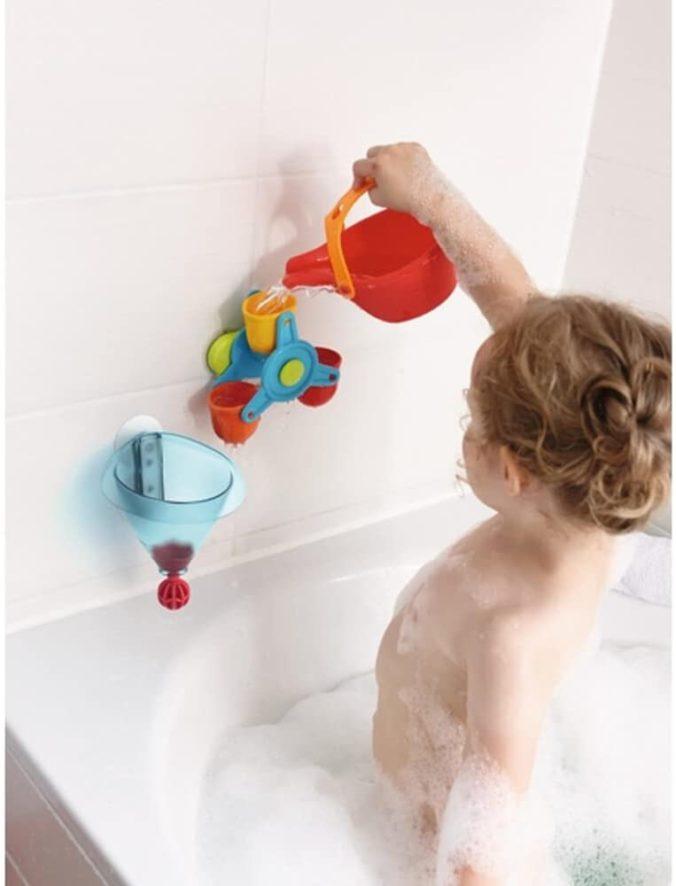 Kind spielt in Badewanne