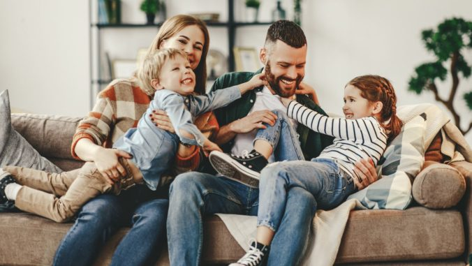 Familie tobt auf dem Sofa