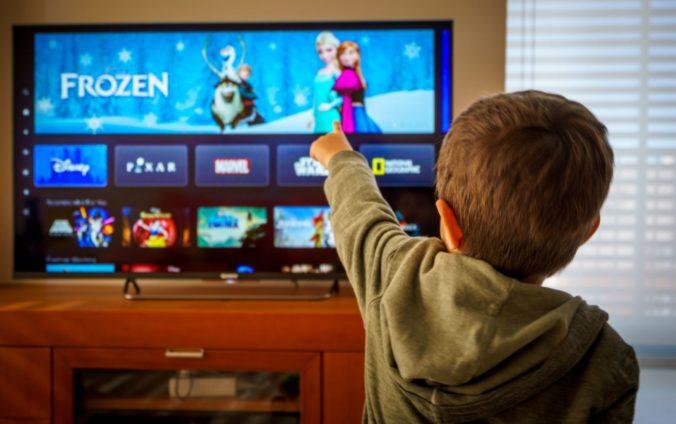 Kind schaut fernsehen