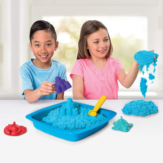 Kinder spielen mit kinetischem Sand