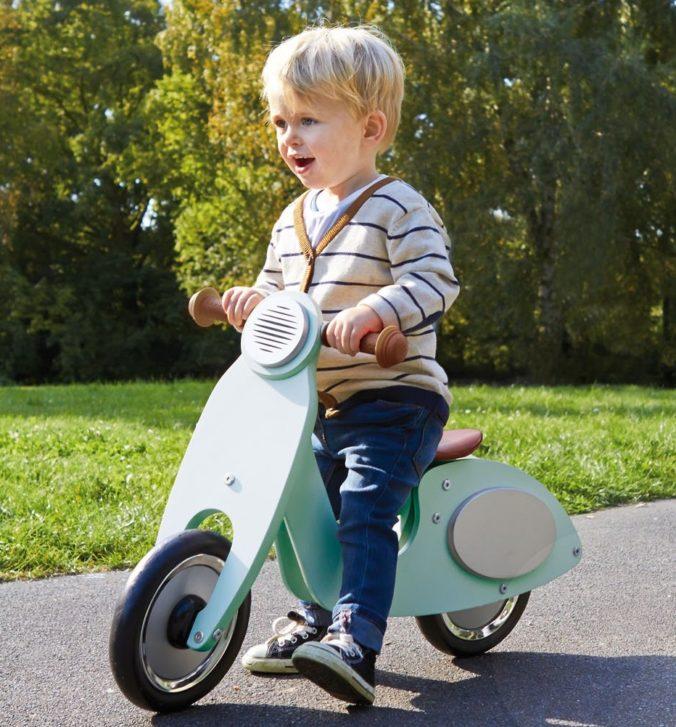 Kind auf Laufrad