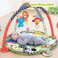 Baby spielt auf Activitydecke