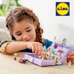 Mädchen spielt mit Lego Frozen Märchenbuch
