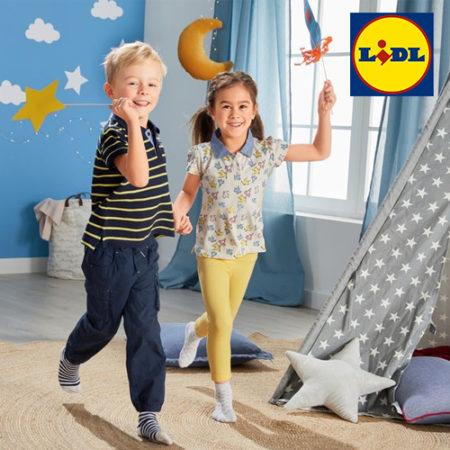 Junge und Mädchen spielen in Kinderzimmer