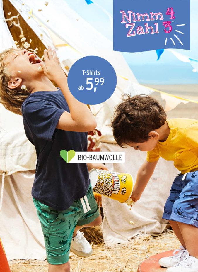 Jungen spielen mit Popcorn