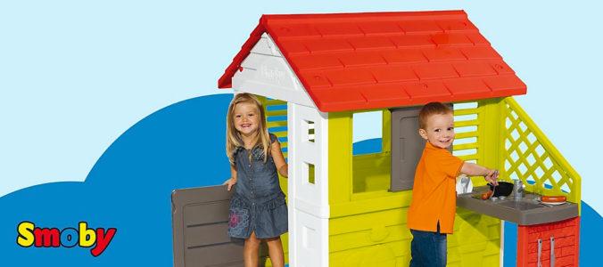Kinder spielen in Smoby Spielhaus