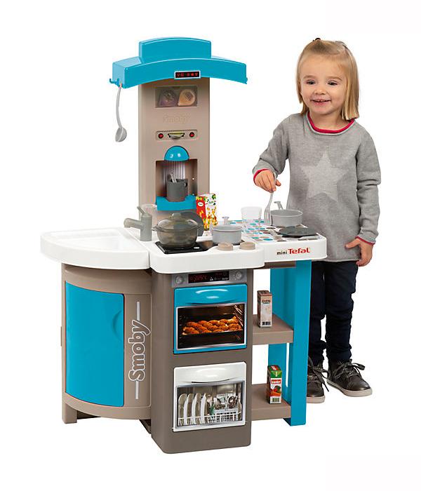 Mädchen spielt mit Smoby Spielküche