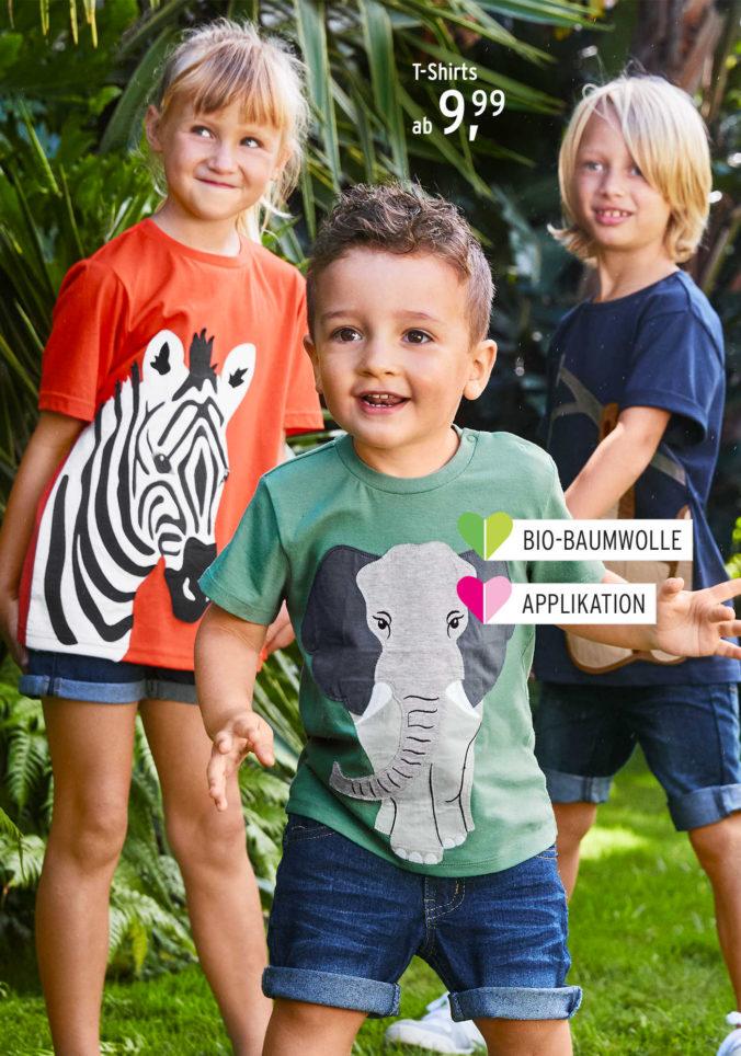Kinder in T-Shirts mit Tiermotiven