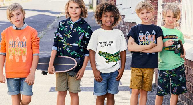Jungen in Shorts und T-Shirts