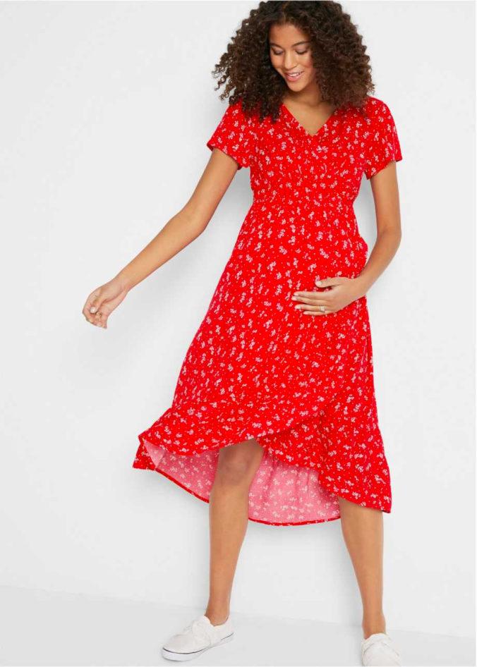 Frau in geblümtem rotem Umstandskleid
