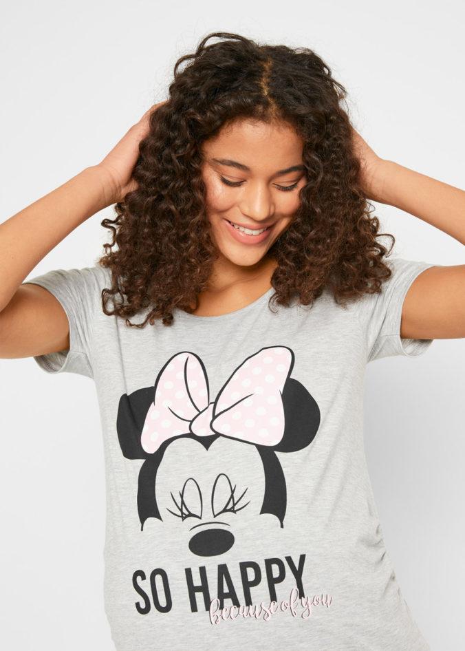 Frau in Umstandsshirt mit Minnie Mouse Motiv