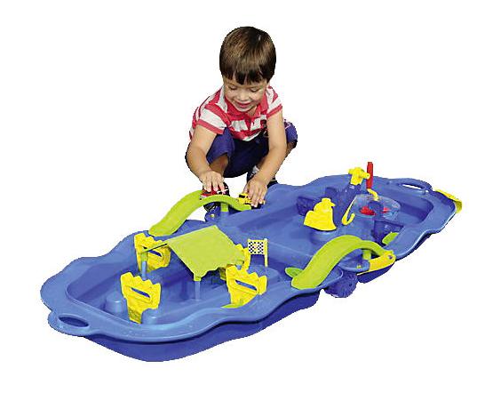 Junge spielt mit zusammenklappbarer Wasserbahn