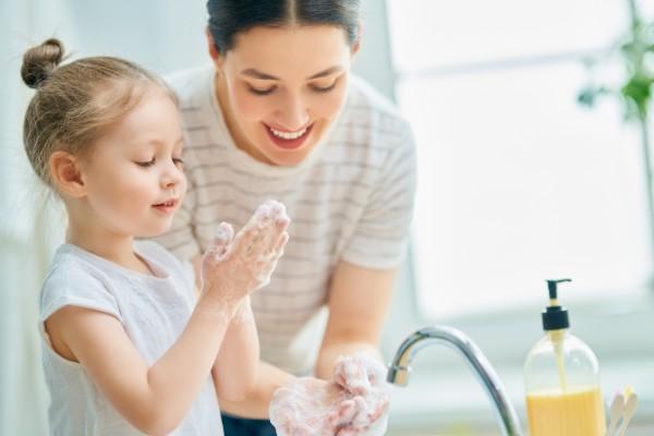 Corona Kind erklären wie man richtig Hände wäscht