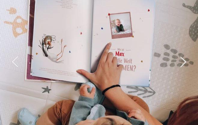 Mama liegst Buch mit Kind