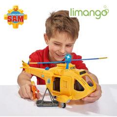 Junge spielt mit Feuerwehrmann Sam Helikopter