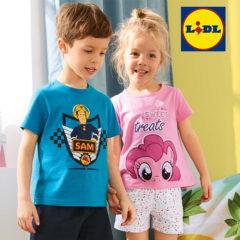 Junge und Mädchen in kurzen Pyjamas