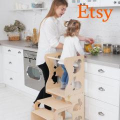 Mädchen steht in Lernturm