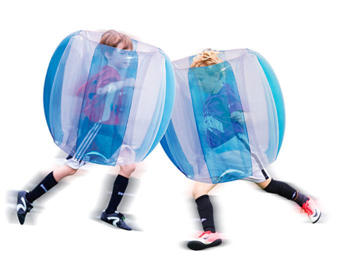 Jungen rennen in Bumpe-Bällen