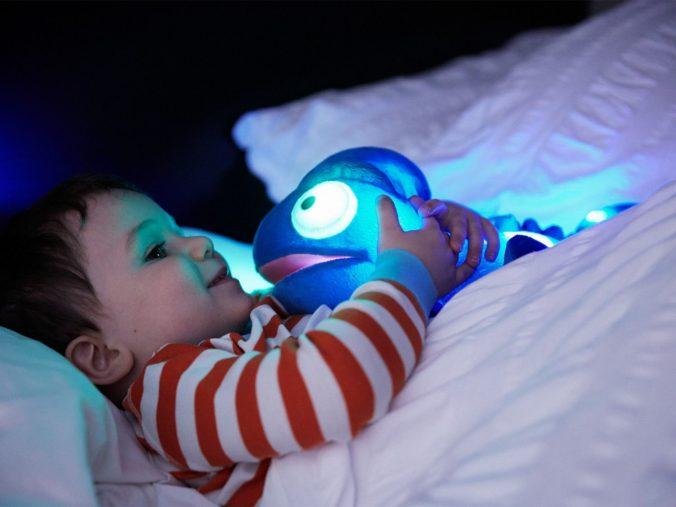 Baby kuschelt mit Cloud B Nachtlicht Chamäleon